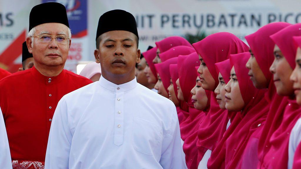 El primer ministro de Malasia, Najib Razak, inspecciona una guardia de honor durante la asamblea general de la Organización Nacional Malaya Unida (UMNO) en Kuala Lumpur, Malasia
