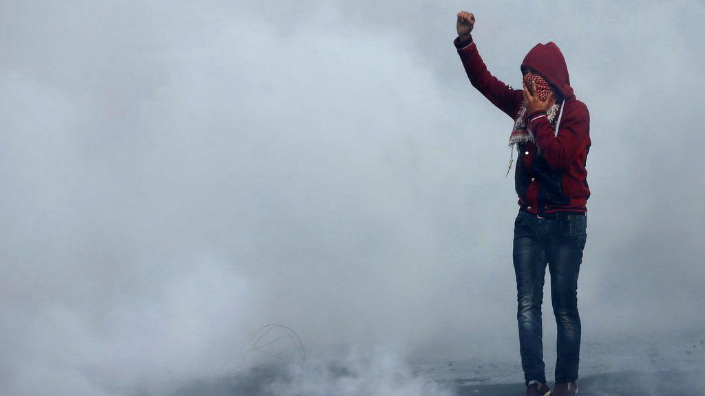 Un joven palestino participa en una protesta por la decisión del presidente estadounidense Donald Trump de reconocer a Jerusalén como la capital de Israel, en la ciudad de Gaza