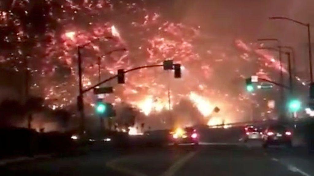 Espectaculares imágenes de los incendios rodeando la carretera 405 de Los Angeles