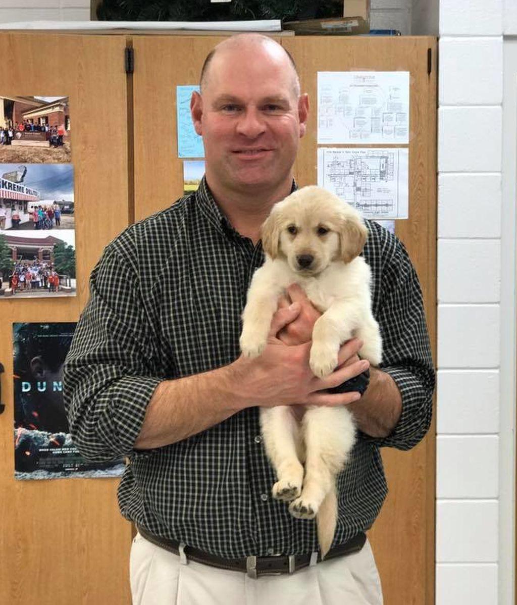 Sorprenden a un profesor que perdió a su perro regalándole un cachorro
