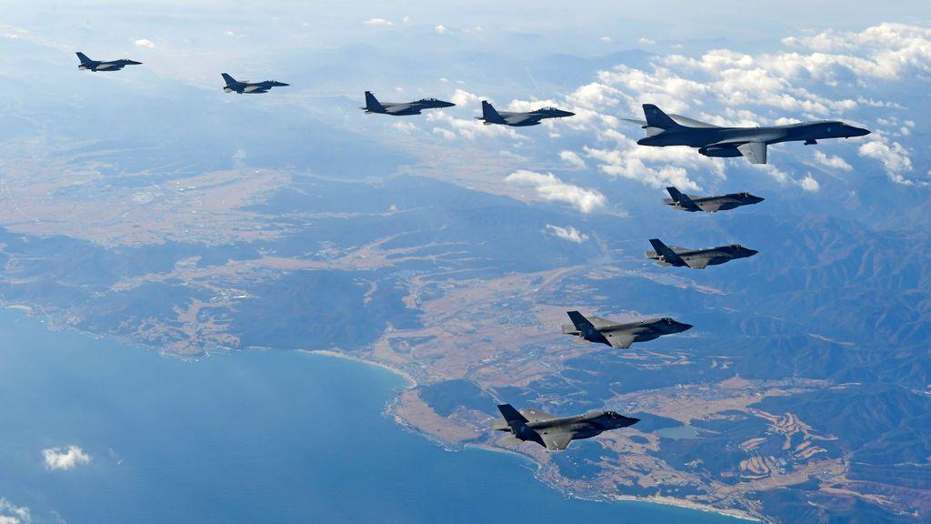 """El bombardero B-1B de la Fuerza Aérea estadounidense vuela en formación durante un simulacro aéreo aéreo llamado """"Vigilant Ace"""" entre los EE. UU. Y Corea del Sur"""
