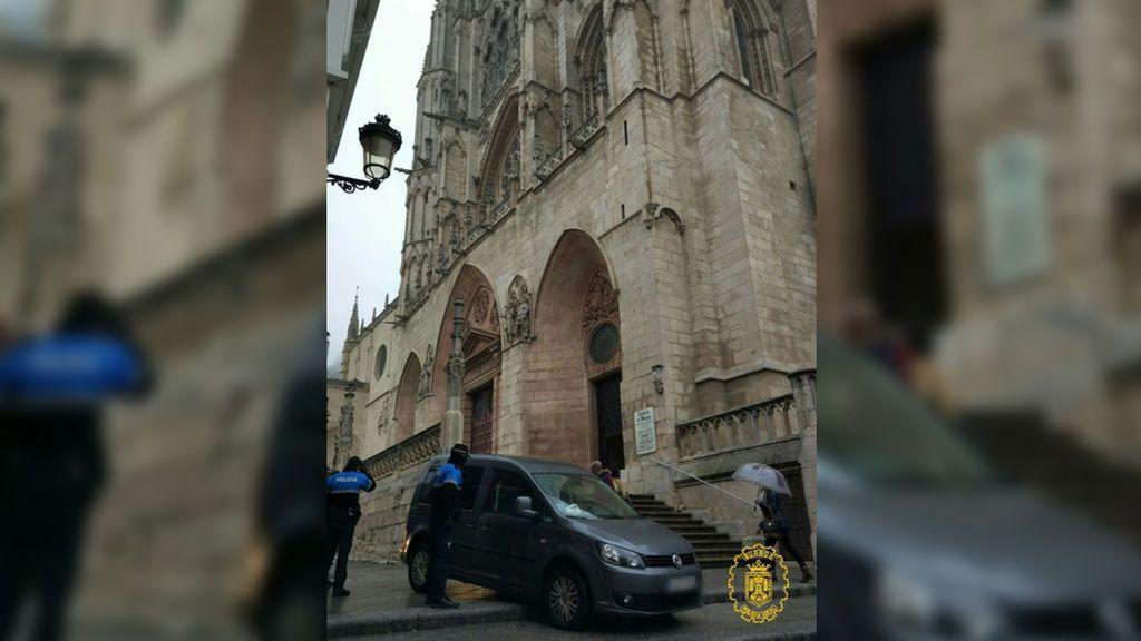 Sorprenden a un hombre bajando las escaleras de la Catedral de Burgos con el coche