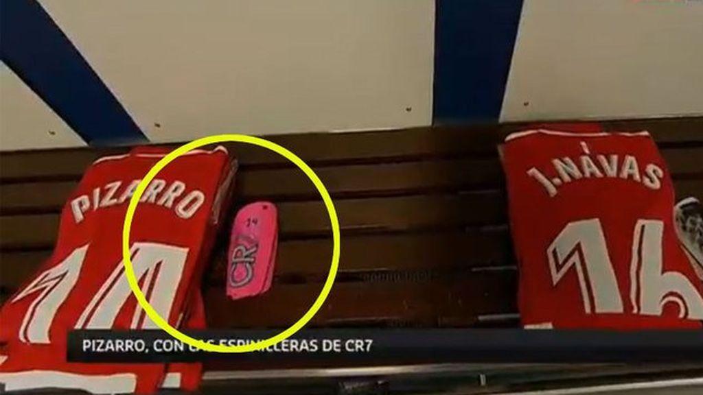 Pizarro, jugador del Sevilla, juega en el Bernabéu con las espinilleras de Cristiano Ronaldo
