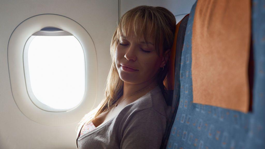 Cuatro consejos para conciliar el sueño en el avión