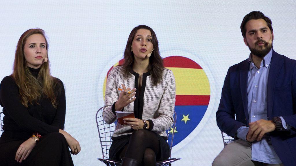 La candidata a la presidencia de la Generalitat por Ciudadanos, Inés Arrimadas, el secretario de Comunicación, Fernando de Páramo (d), y la responsable de Juventud, Melisa Rodríguez (i)