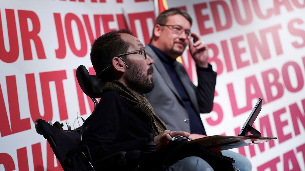 El secretario de Organización de Podemos, Pablo Echenique (i)c, junto al cabeza de lista de Catalunya en Comú-Podem (CatECP), Xavier Domènech (d), durante el acto de campaña celebrado hoy en Terrassa (Barcelona).