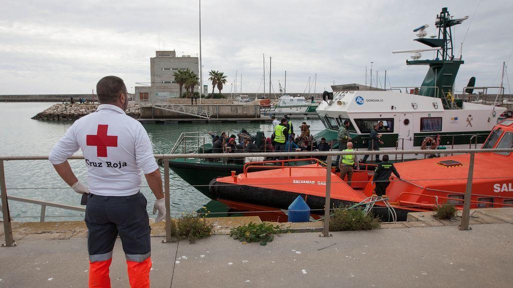 Rescatadas de tres pateras y trasladadas al puerto de Barbate un centenar de personas