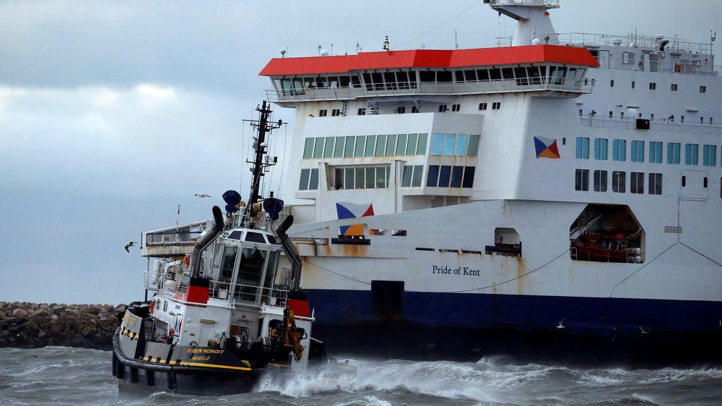 Encalla un ferry con más de 200 pasajeros a bordo en pleno temporal en el puerto de Calais