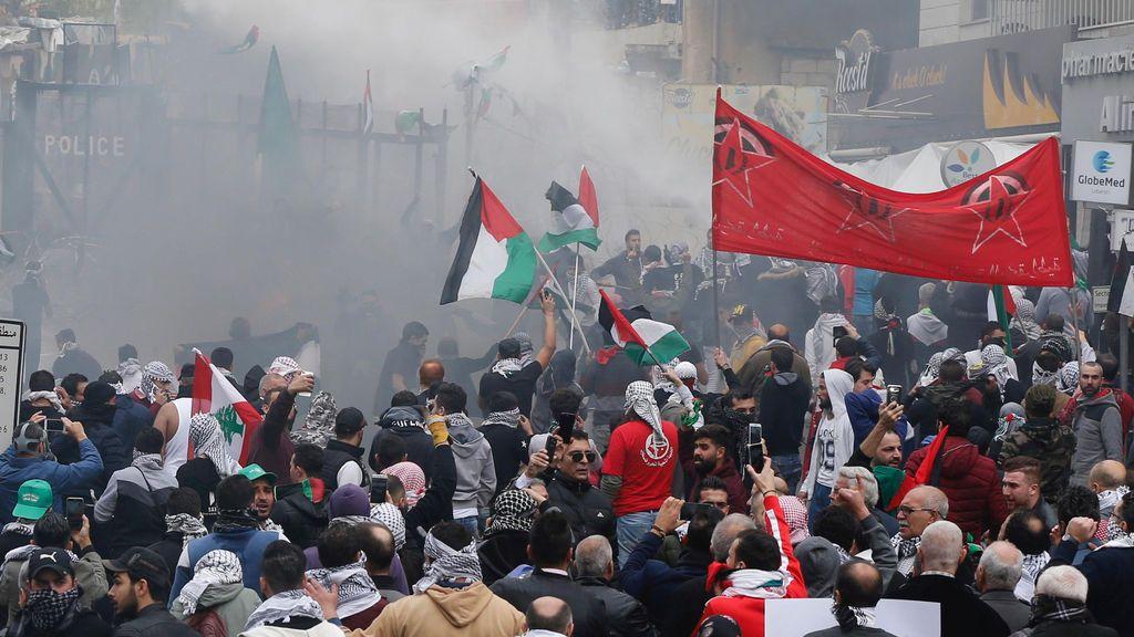 Gases lacrimógenos contra los manifestantes cerca de la Embajada de EEUU en Beirut