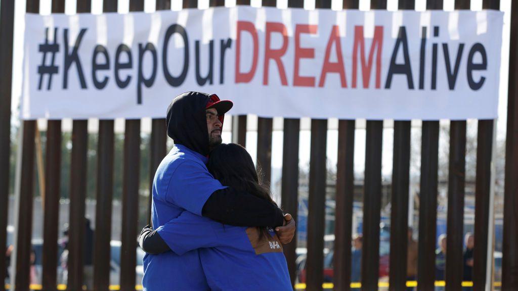 'Dreamers' se abrazan cuando se reúnen con familiares durante la reunión binacional 'Keep Our Dream Alive' en una nueva sección del muro fronterizo en la frontera entre Estados Unidos y México en Sunland Park, EE.UU