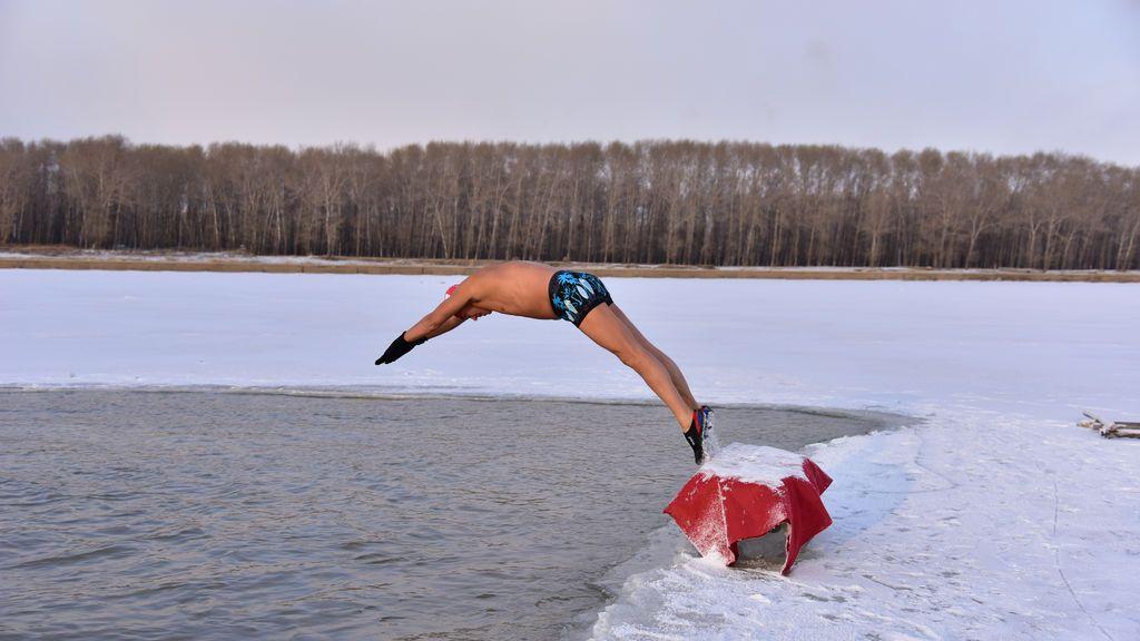 Un nadador de invierno se sumerge en las aguas heladas del río Songhua en Songyuan, provincia de Jilin, China