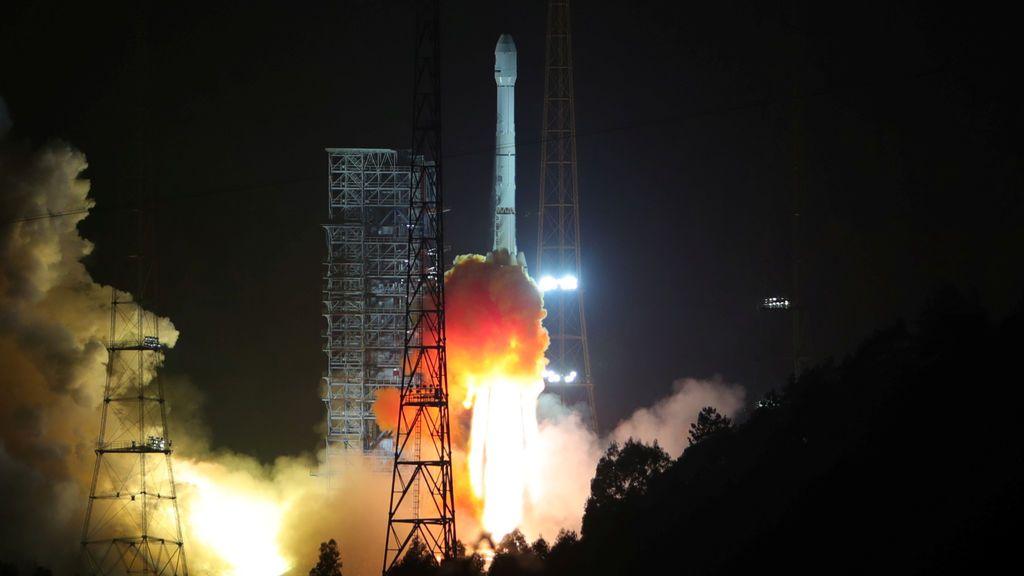 Un cohete Long March 3B con Alcomsat-1, el primer satélite de telecomunicaciones de Argelia, despega en el Centro de Lanzamiento de Satélites Xichang en la provincia de Sichuan, China