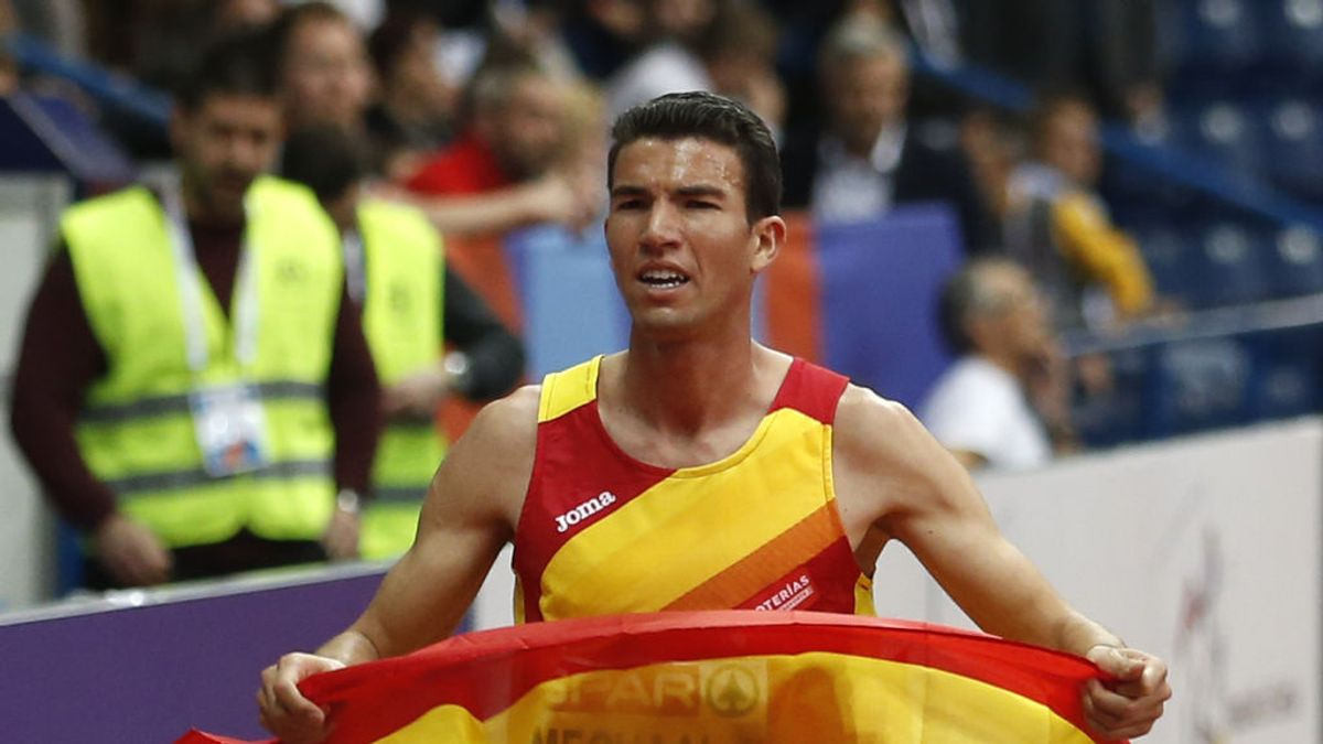 El atleta Mechaal, acusado de ser independentista catalán, entra en la meta besando una bandera de España