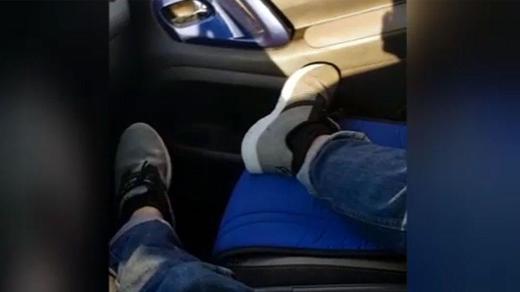 Se juega la vida al volante conduciendo con los pies en el asiento del copiloto