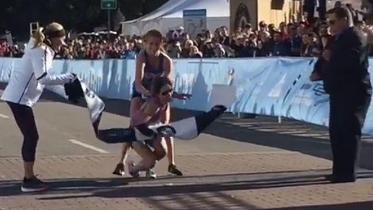 Agonía máxima en la maratón de Dallas: Chandler Self desfallece a pocos metros de la meta pero consigue ganar con la ayuda de una estudiante