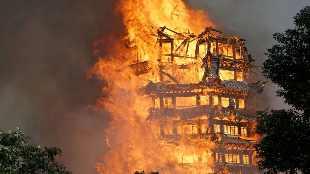 Un templo en construcción se ve envuelto en un incendio en Mianzhu, provincia de Sichuan, China