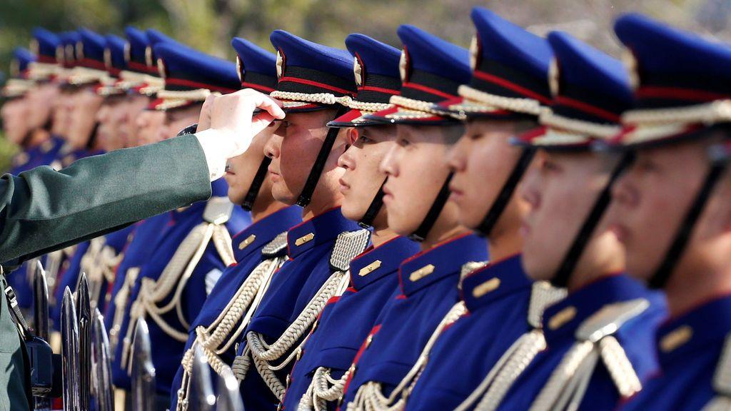 Los miembros de la guardia de honor de las Fuerzas de Autodefensa de Japón se preparan para una ceremonia para el general Valery Gerasimov, jefe del Estado Mayor General de las Fuerzas Armadas de Rusia, en el Ministerio de Defensa en Tokio, Japón
