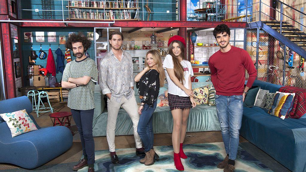 Los solteros de 'Singles XD' y su presentadora, Nuria Roca.