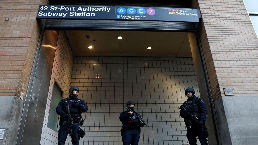 Los oficiales de policía montan guardia afuera de la entrada cerrada del metro de la Autoridad Portuaria de Nueva York luego de una explosión reportada, en la ciudad de Nueva York, EEUU