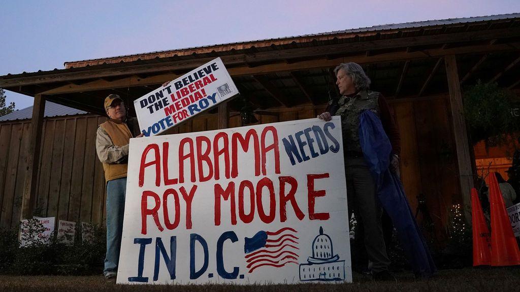 Los partidarios del candidato republicano al Senado Roy Moore llegan a una manifestación en Midland City, Alabama, EE. UU