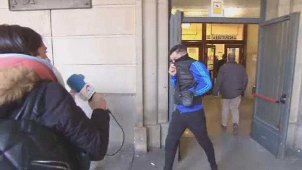 Los amigos de 'La Manada' huyen de la prensa a su llegada a los juzgados de Sevilla