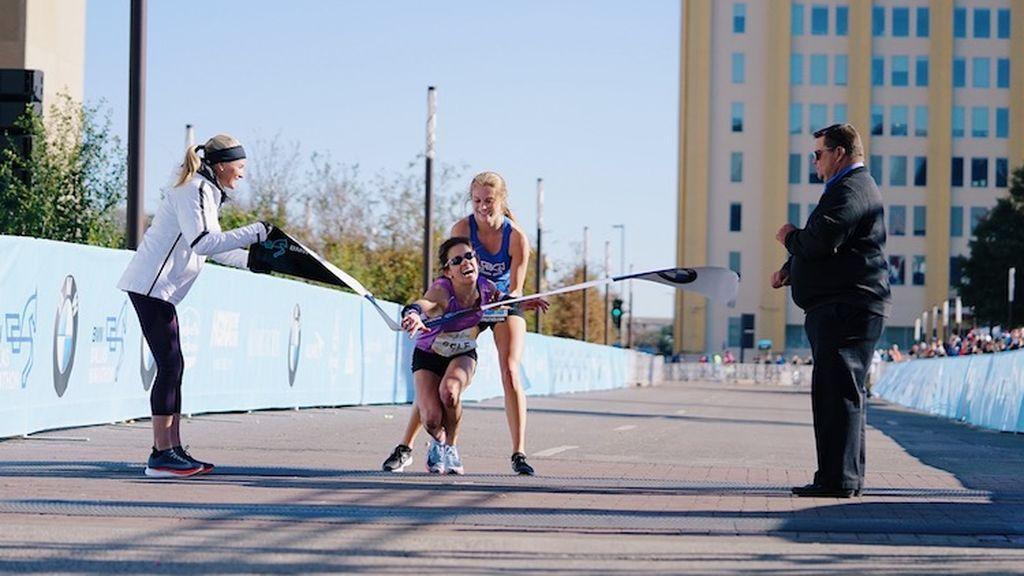 ¿¡Polémica!? La chica de 17 años que ayudó a una atleta en la Maratón de Dallas dio una lección de valores