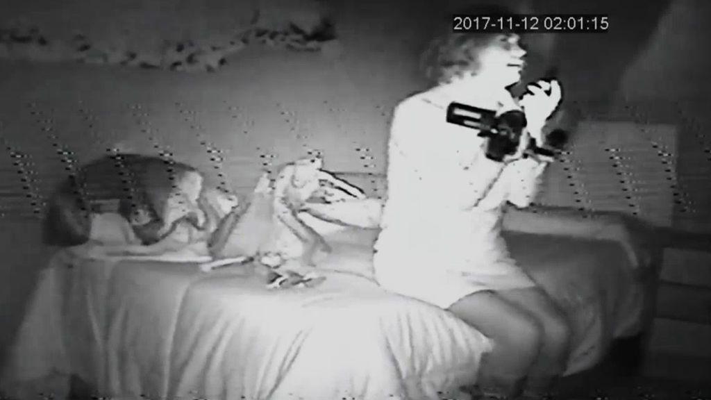 Samanta grita de miedo en una psicofonía dentro de una casa encantada