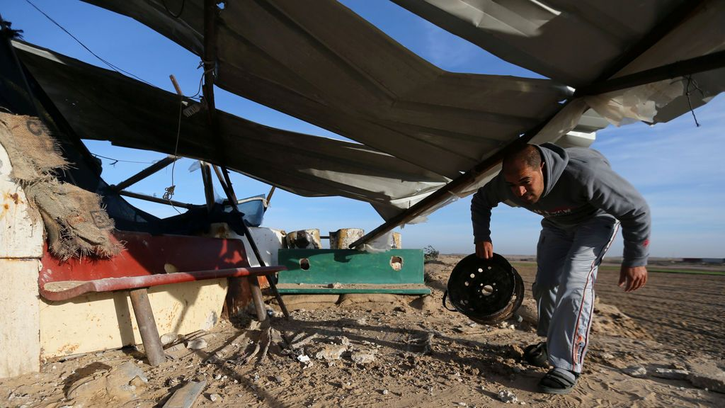 Un palestino inspecciona un objetivo militante alcanzado en un ataque aéreo israelí en el sur de la Franja de Gaza