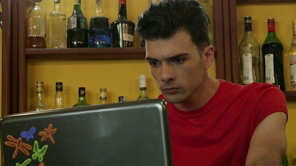 ¡Inadmisible! El novio de Mónica comienza a controlar sus redes sociales