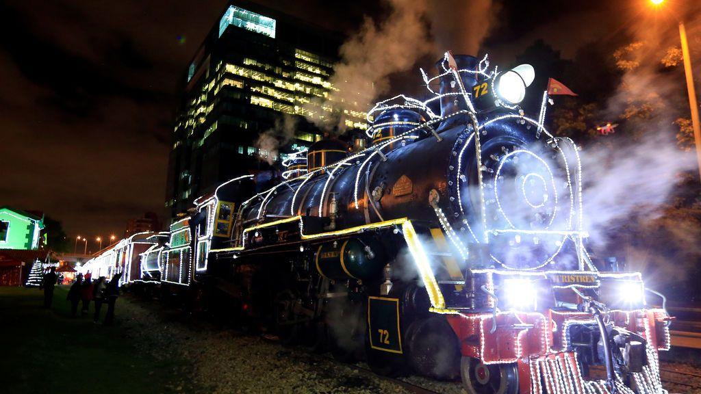 El tren turístico 'La Sabana' se ve con luces navideñas en Bogotá, Colombia