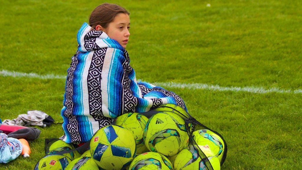 La norma de la FIFA que prohíbe a los niños jugar con camiseta térmica si no es del color de su equipación