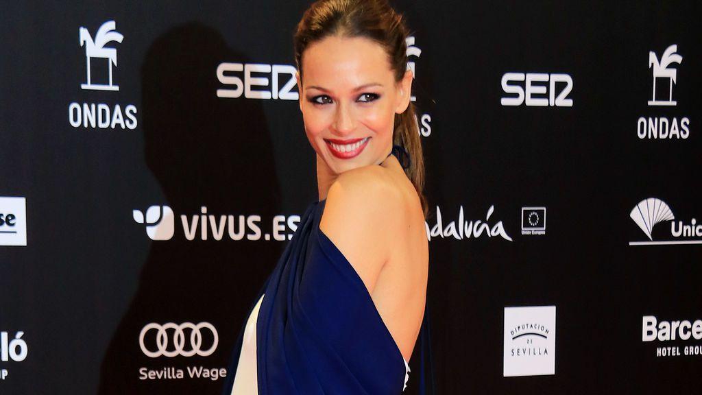 Blanco y azul y cuello halter: el estilismo premamá de Eva González en los Ondas, al detalle