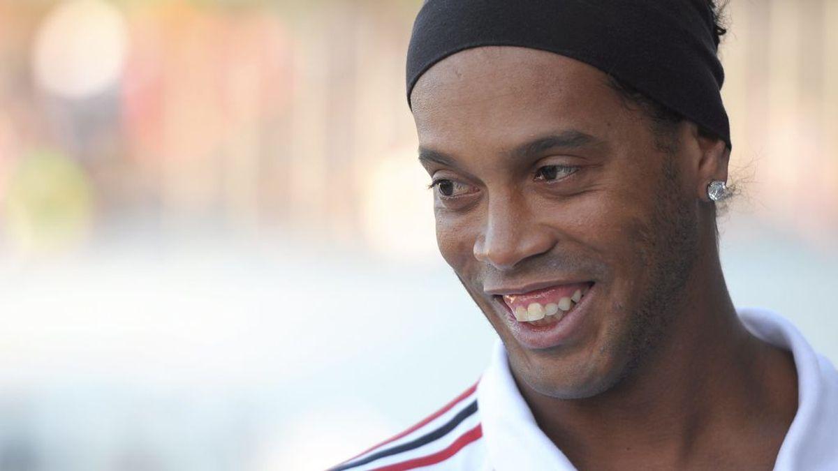 ¡Hasta el portero rival le aplaude! Ronaldinho marca un gol desde el medio del campo