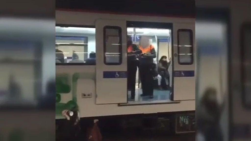 Grafiteros se enfrentan a los guardas del metro cuando realizaban una pintada en un vagón lleno de gente
