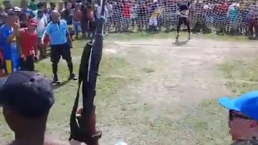 Un futbolista lanza un penalti rodeado de 300 aficionados y... una ametralladora