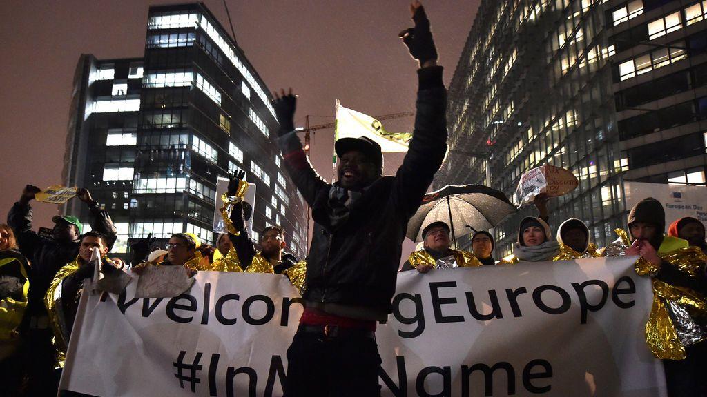 Un hombre alza las manos durante una protesta en apoyo de la nueva política migratoria de la Unión Europea