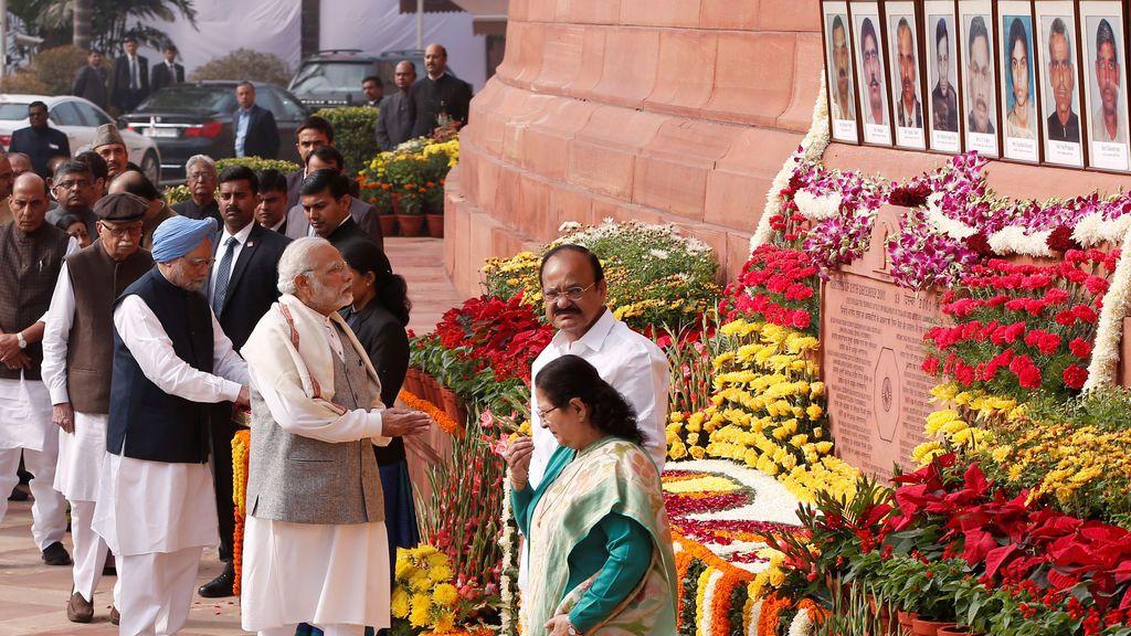 El primer ministro de la India, Narendra Modi (C) rinde homenaje a las víctimas del ataque parlamentario de diciembre de 2001 en su aniversario en Nueva Delhi, India