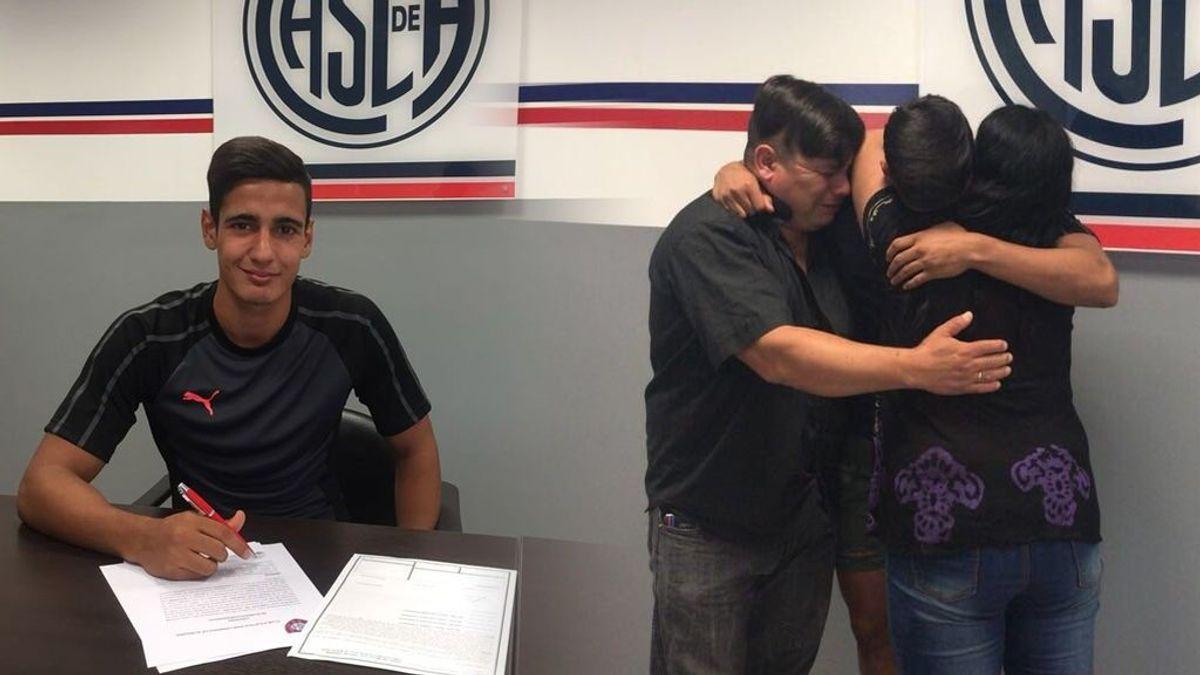 ¡El abrazo conmovedor de Elías con sus padres! Venció a la leucemia con 15 años y con 18 firma su primer contrato de futbolista