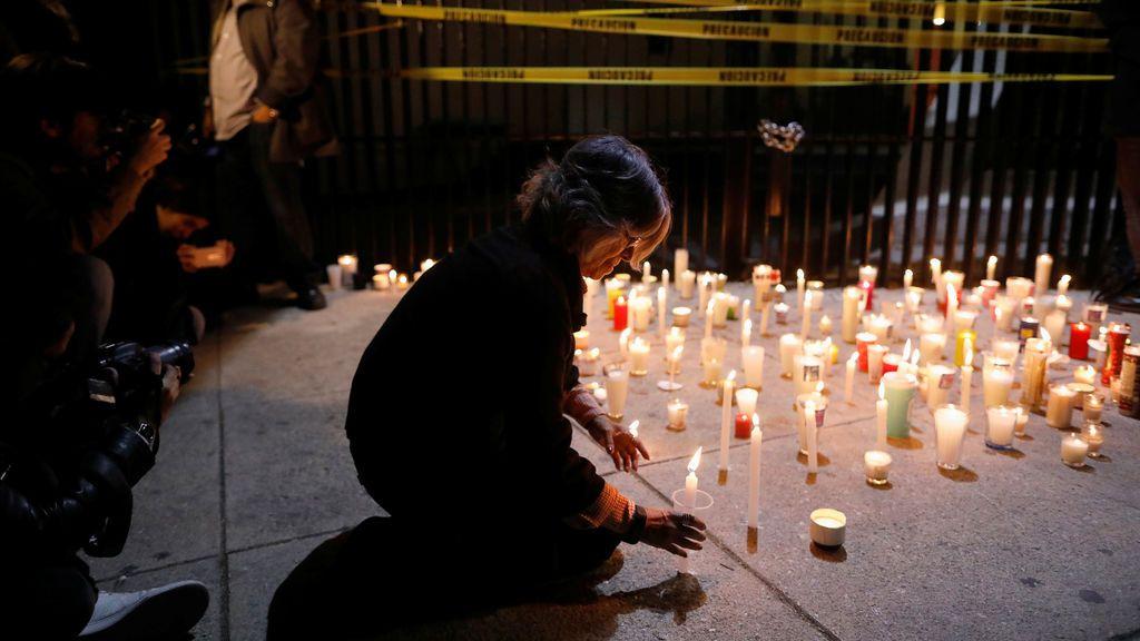Un activista sostiene velas durante una protesta contra un nuevo proyecto de ley de seguridad, la Ley de Seguridad Interna, fuera del edificio del Senado, en la Ciudad de México