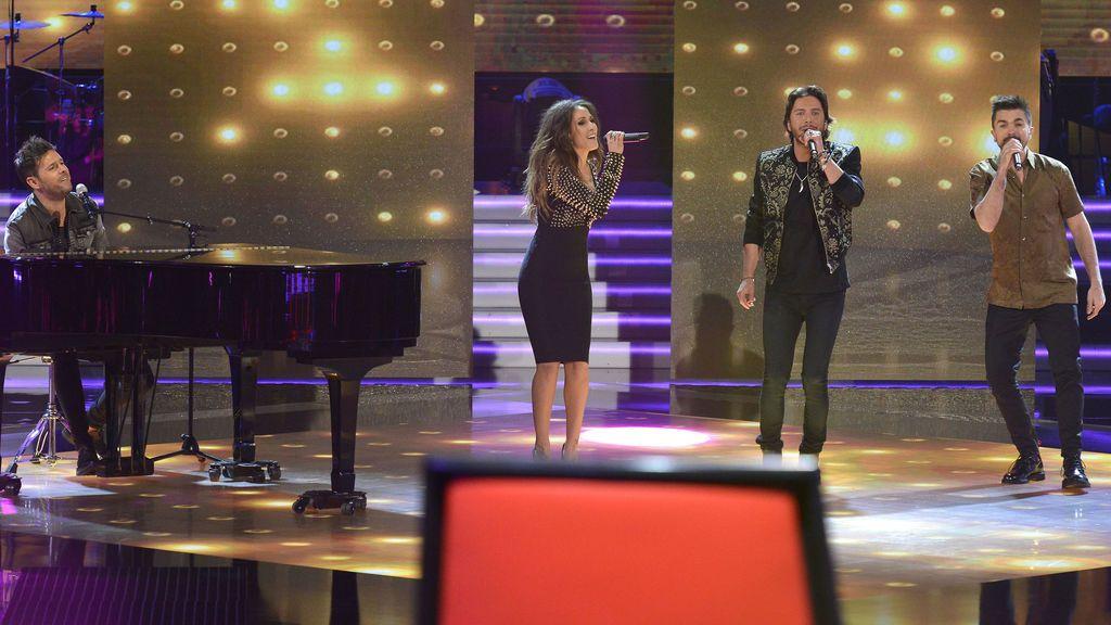 Los 'coaches' de 'La voz 5' Pablo López, Malú, Manuel Carrasco y Juanes cantan 'Otra vez', tema compuesto por ellos para el 'talent'.
