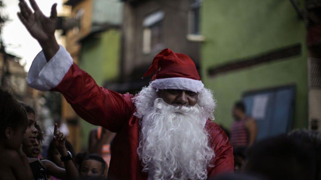 Niños brasileños apedrean a Papá Noel al quedarse sin caramelos en un desfile