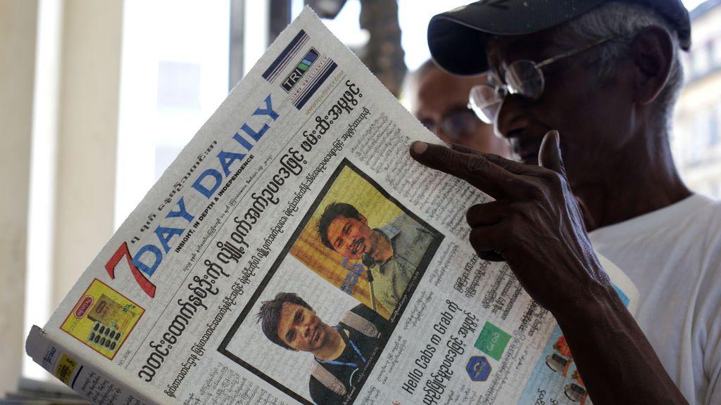 Un hombre lee un periódico con las noticias sobre el arresto de los periodistas Wa Lone y Kyaw Soe Oo, radicado en Myanmar, en Yangón, Myanmar