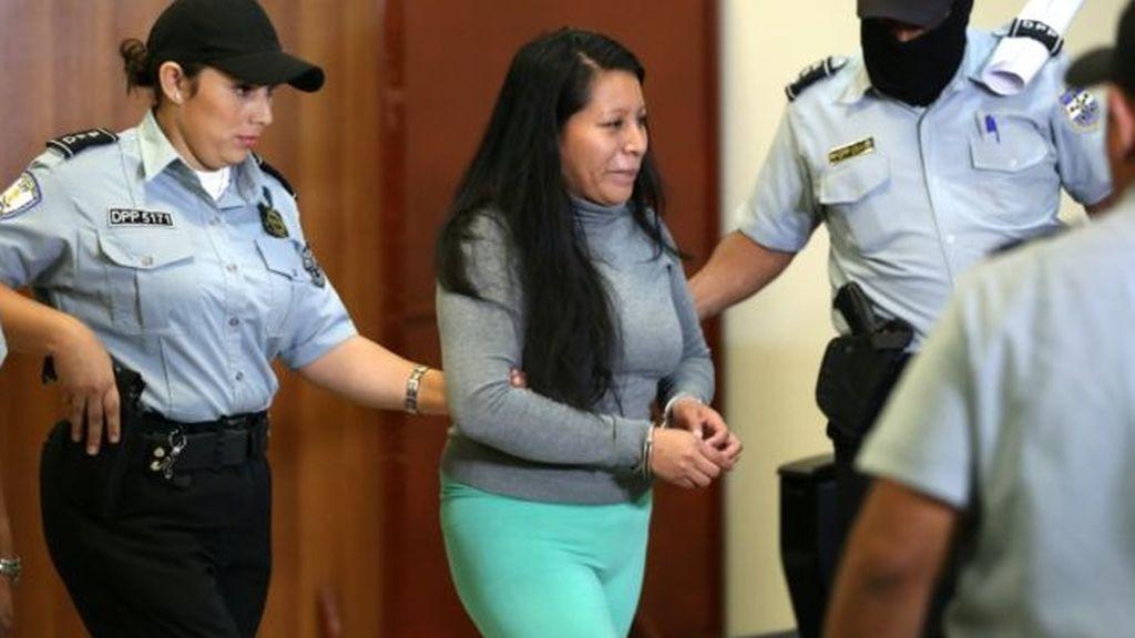 Condenan a 30 años de cárcel a una mujer que dio a luz a un bebé muerto en El Salvador