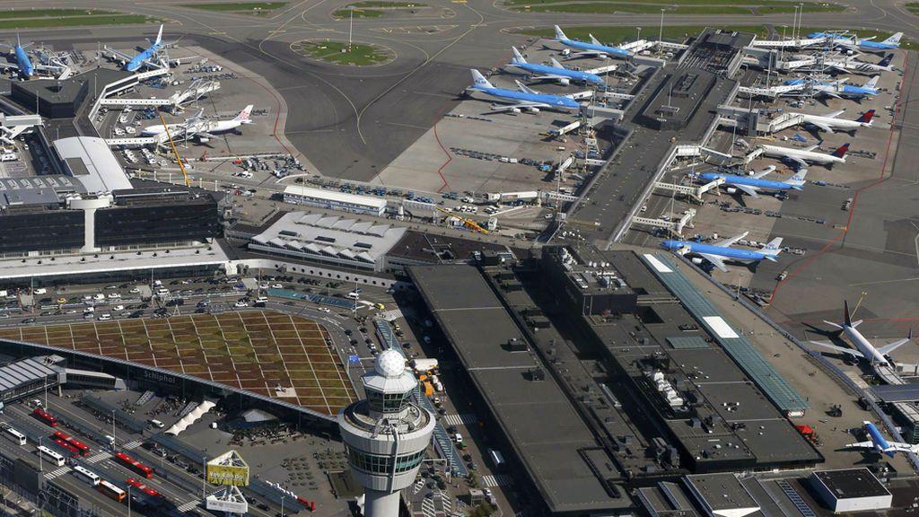 La policía dispara a un hombre armado con un cuchillo en el aeropuerto de Schiphol, Ámsterdam