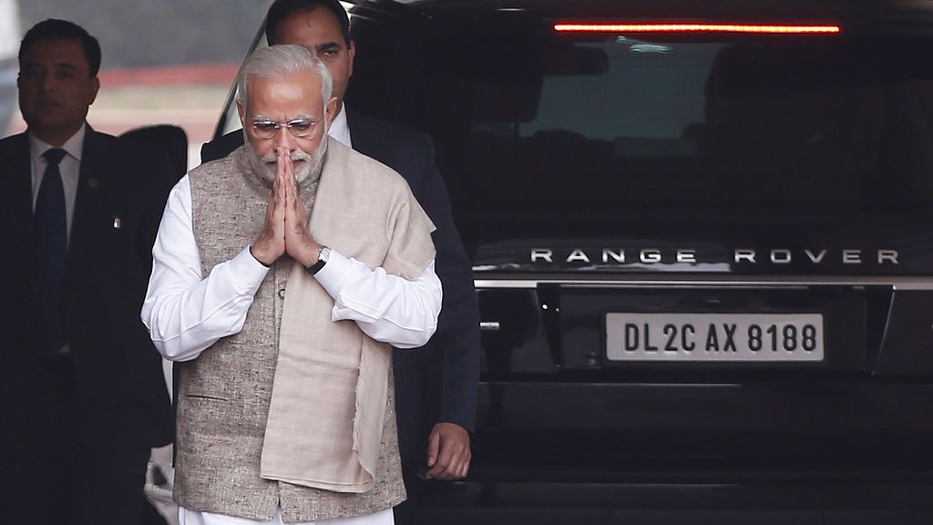 El primer ministro de la India, Narendra Modi, gesticula mientras camina para hablar con los medios luego de llegar al Parlamento el primer día de la sesión de invierno en Nueva Delhi, India