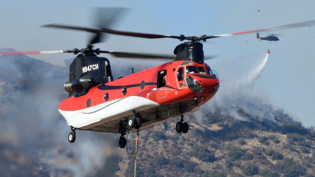 Los bomberos continúan luchando contra el incendio de Thomas, un incendio forestal cerca de Fillmore, California.
