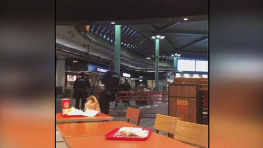 El momento en que la policía abate a un hombre que amenazaba con un cuchillo a los viajeros del aeropuerto de Schiphol