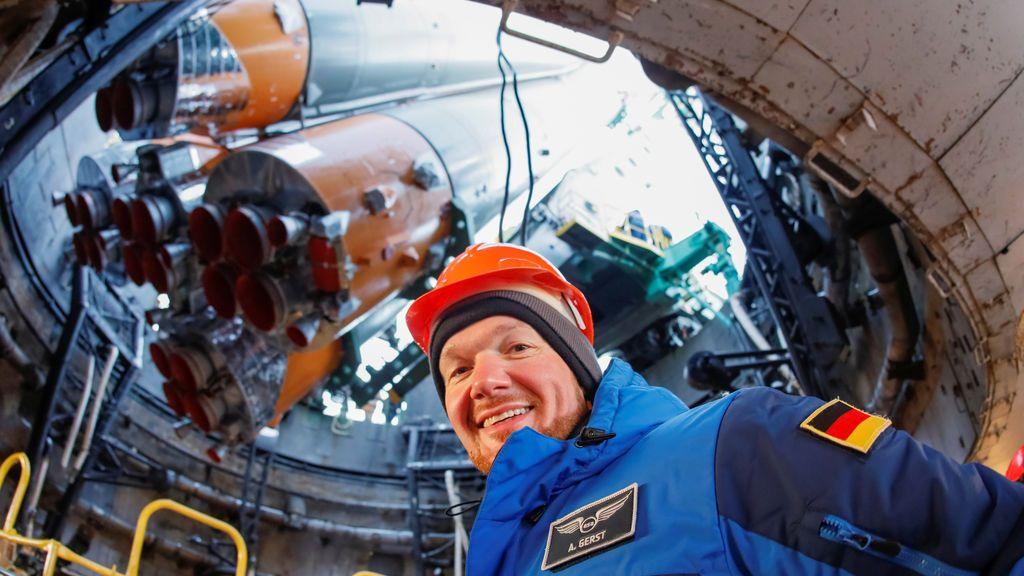 Un miembro de la tripulación de respaldo, Alexander Gerst de Alemania, sonríe frente a la nave espacial Soyuz MS-07 antes de la próxima misión de la Estación Espacial Internacional (ISS) mientras se encuentra en la plataforma de lanzamiento, en el cosmódromo de Baikonur, Kazajistán