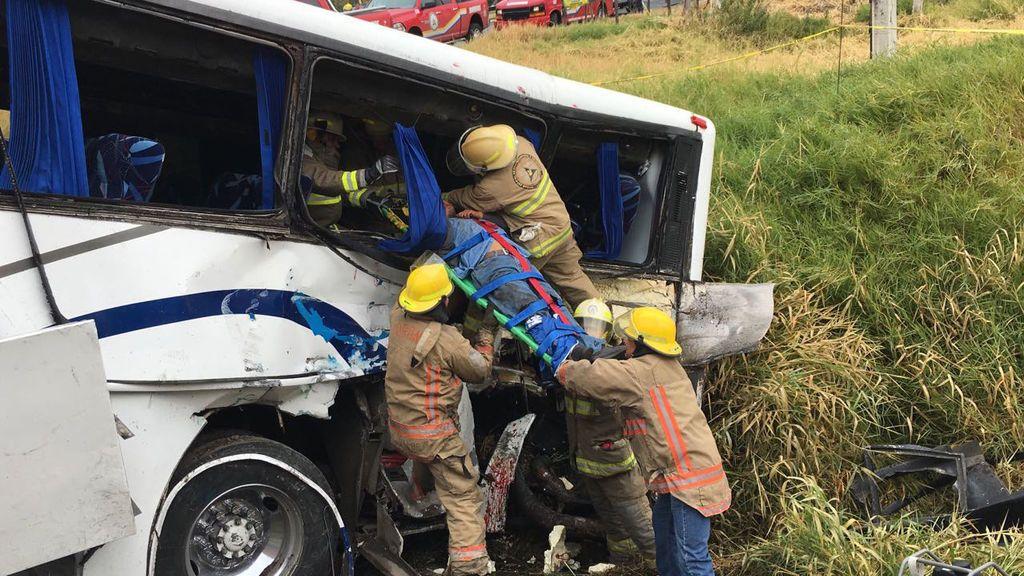 Un fallecido y 24 heridos en un choque entre un tren y un autobús en México