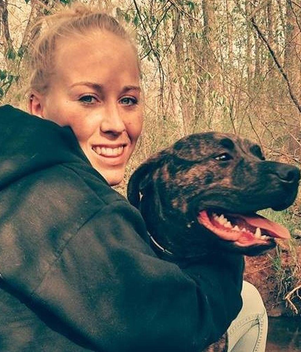 Bethany Lynn Stephens posando con uno de sus pitbulls